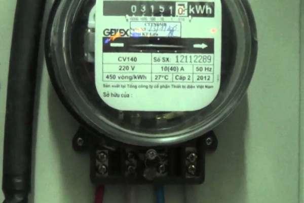 Tại sao đã tắt hết thiết bị điện nhưng đồng hồ vẫn quay?