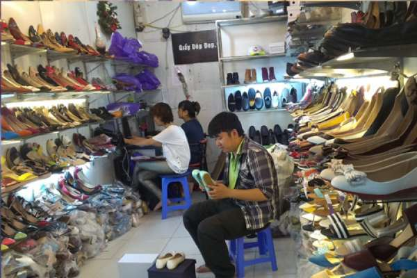 Khoan kệ treo tường cho các shop giày tại TP HCM
