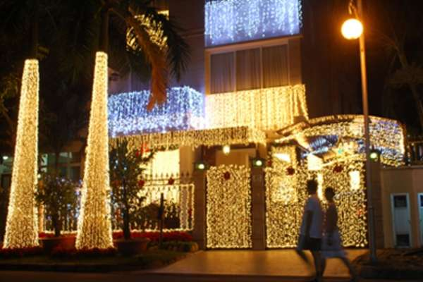 Trang trí đèn quanh nhà chào đón giáng sinh